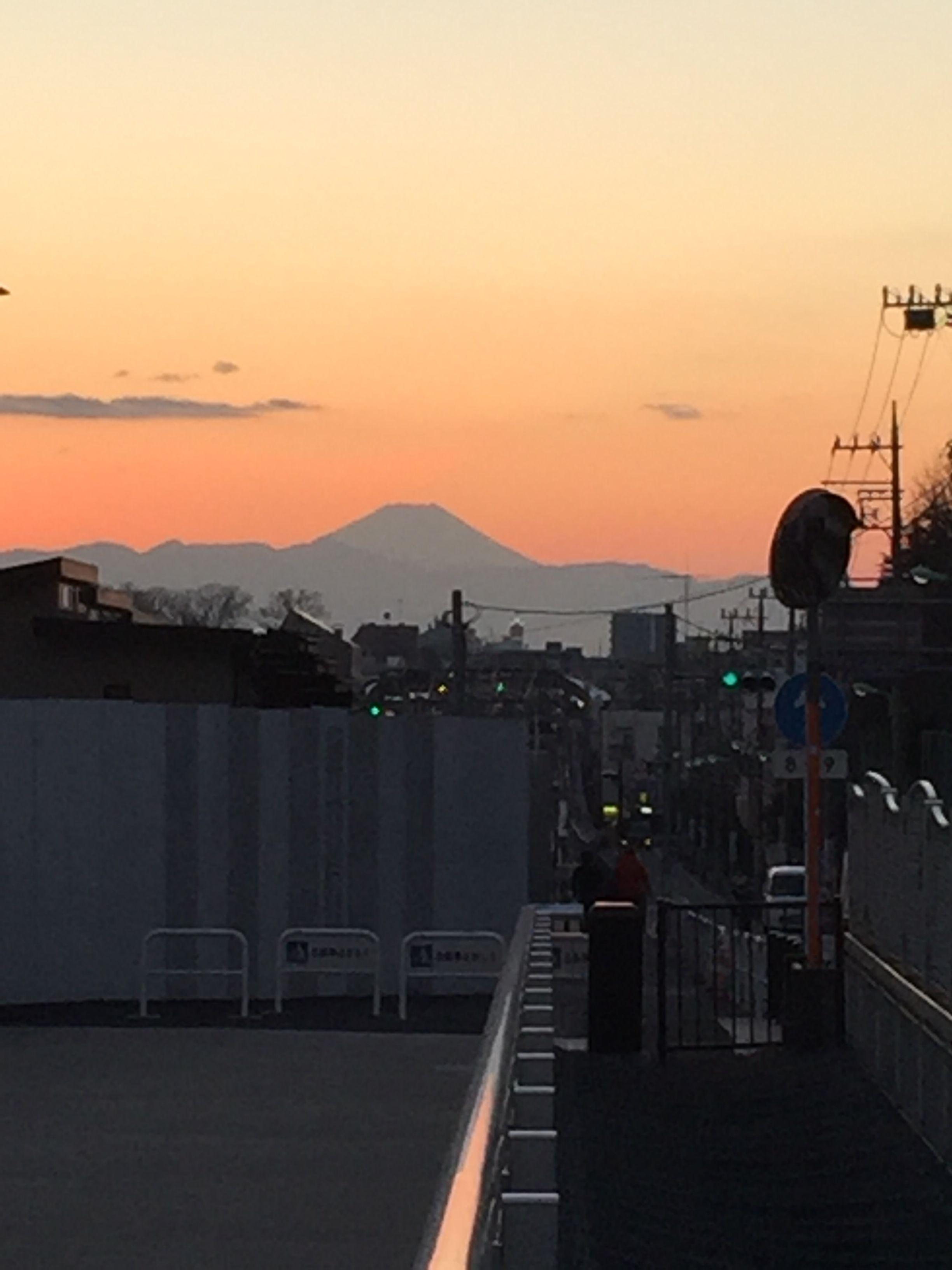 世田谷代田駅前から見る、夕焼け富士